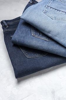 Голубые джинсы брюки одежду кучи фон. деталь красивых синих джинсов