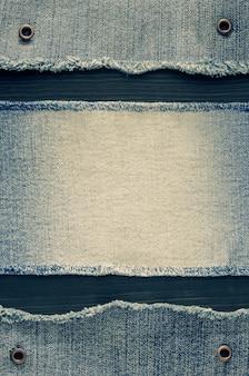 Текстура синих джинсов на деревянных фоне