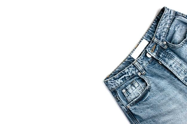 Синие джинсы с белой этикеткой, изолированные на белом фоне