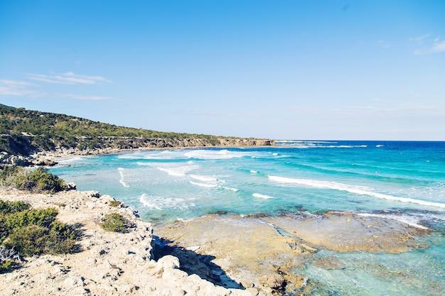 Голубая лагуна акамас на кипре. вид на голубую лагуну недалеко от города полис, национальный парк полуострова акамас, кипр