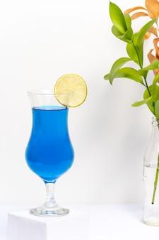 흰색 바탕에 블루 라군 음료 컵