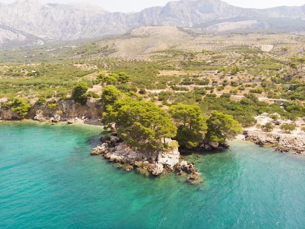 ブルーラグーン島の楽園podgora町の近くの美しい湾マカルスカリベラダルマチアクロアチア