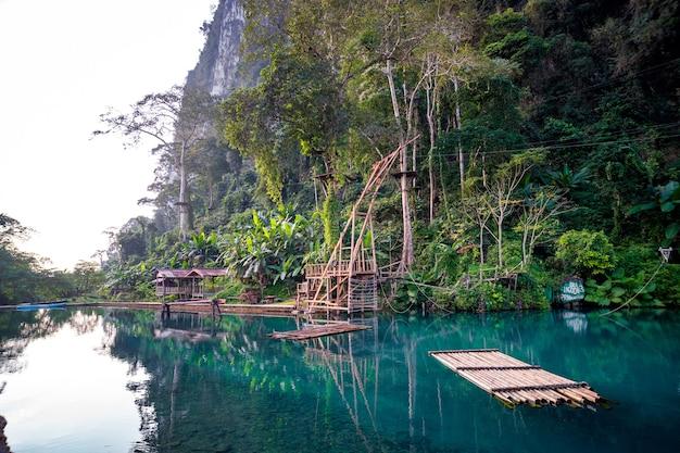 Голубая лагуна. ванг-вьенг, лаос. чистая прозрачная вода в лагуне.