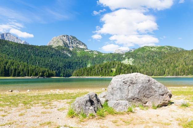 Голубое озеро и горы