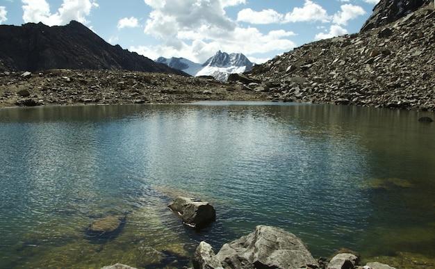 Голубое озеро в горах кордильеры, перу, южная америка