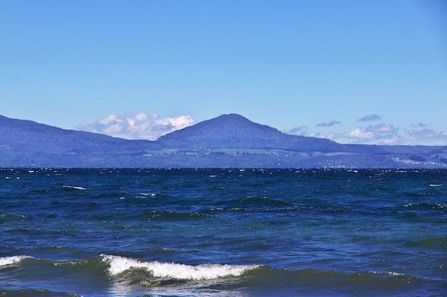 Голубое озеро таупо в новой зеландии