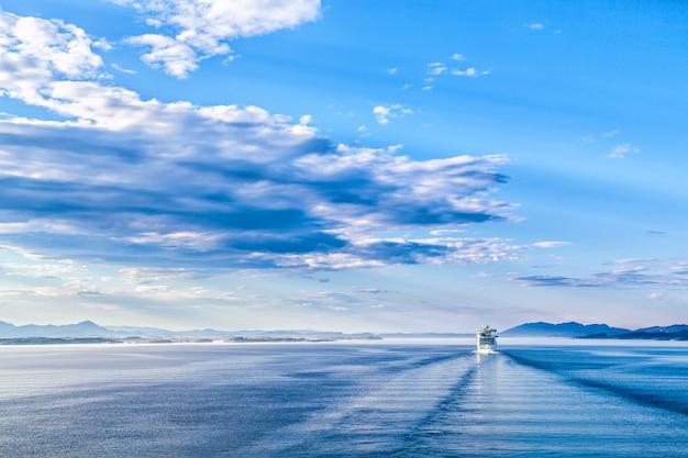 青い風景の水、空、クルーズライナー