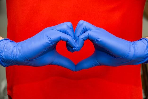 Синие латексные перчатки для медицинской защиты в форме сердца, символ поддержки врачей и медсестер, covid-19, коронавирус.