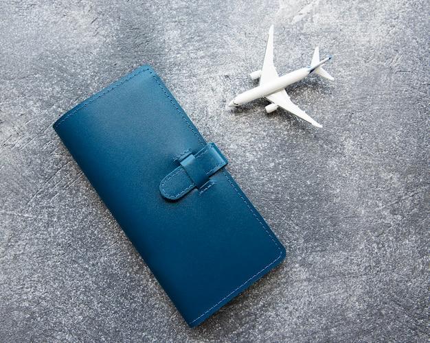 Синий кожаный дорожный кошелек, в котором можно держать посадочный талон с деньгами на паспорт