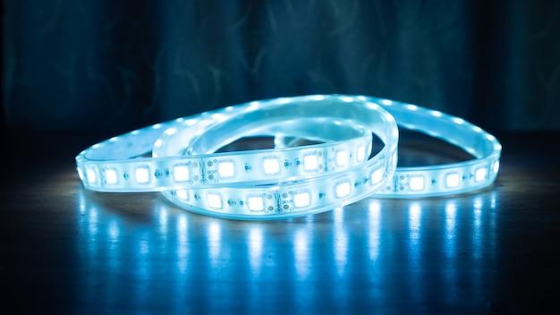 Синяя светодиодная лента, освещающая диодную ленту крупным планом.