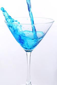유리에 붓는 파란 액체 무료 사진