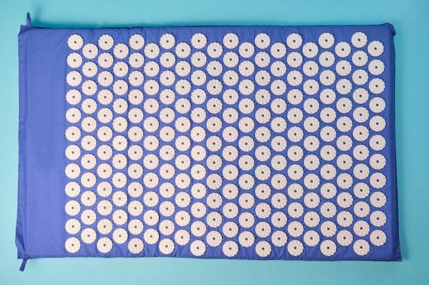 흰색 마사지 팁이 있는 파란색 마사지 침술 매트