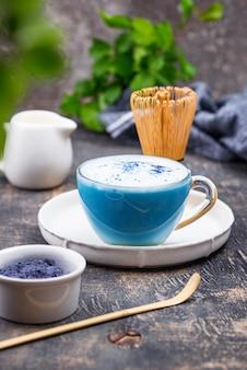 Голубой маття латте с молоком