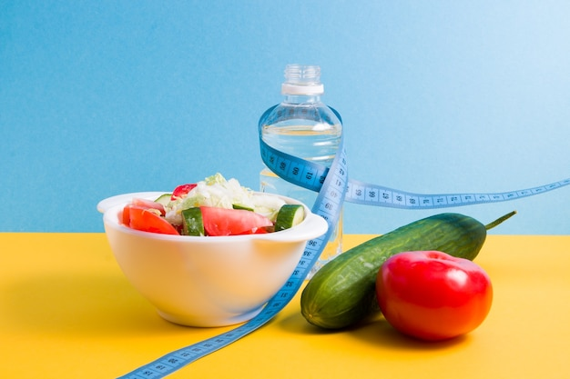 Синяя измерительная лента со здоровой пищей