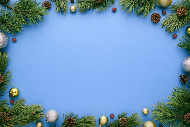 Синий фон с рождеством и новым годом с овальной рамкой. вид сверху, плоская планировка с местом для текста