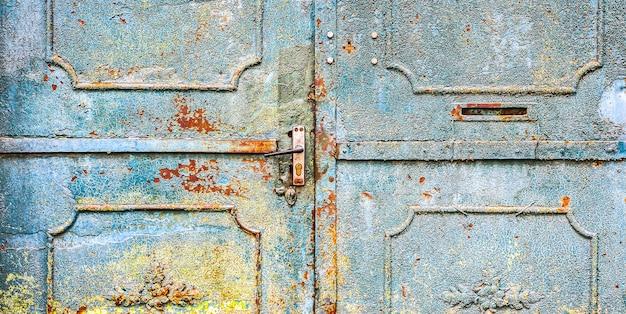 파란색 금속 문입니다. 오래 된 빈티지 스타일입니다. 녹슨 질감입니다.