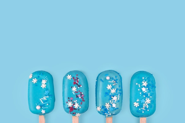 Blue mint ice cream popsicles on blue background. tasty and refreshing ice cream on sticks. minimal summer concept. flat lay, free copyspace for text