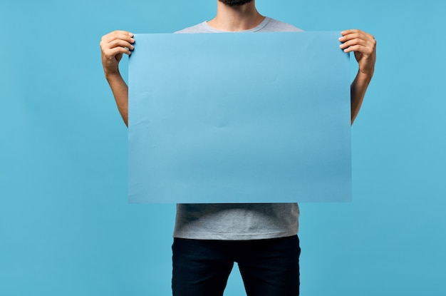青いモックアップポスター男性の手トリミングビュー広告
