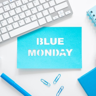 キーボードと青い月曜日のコンセプト