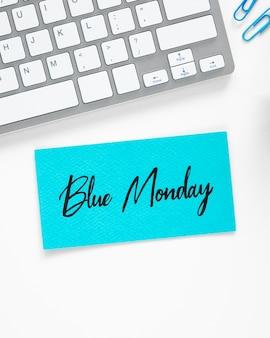 Concetto di lunedì blu con tastiera