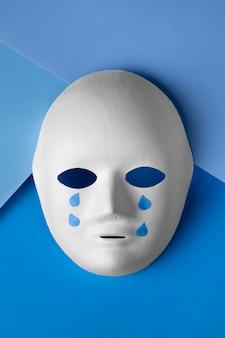 泣いているフェイスマスクと青い月曜日