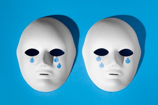 눈물이 나는 얼굴 마스크가있는 푸른 월요일