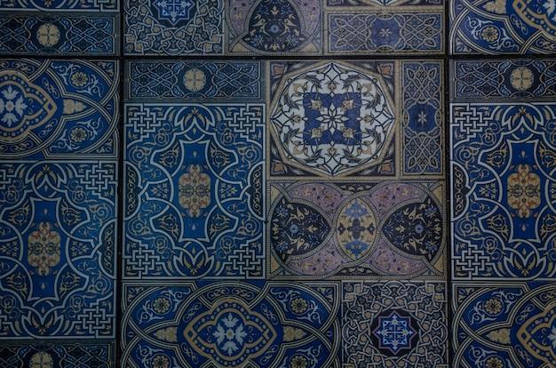 背景として青いモロッコのタイル