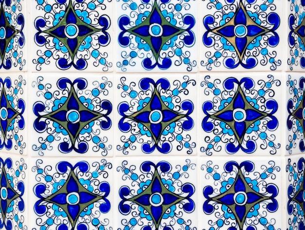 青いモザイク タイルの壁の背景 モロッコ スタイル。ビンテージの伝統的なポルトガルのセラミック タイルの背景。