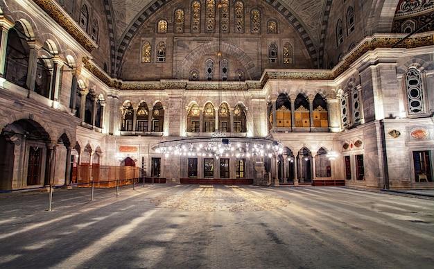 Интерьер голубой мечети. также известная как мечеть султана ахмеда, это историческая мечеть в стамбуле, турция.