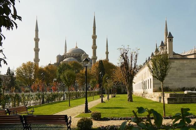 Вид на голубую мечеть из парка султанахмет в стамбуле, турция