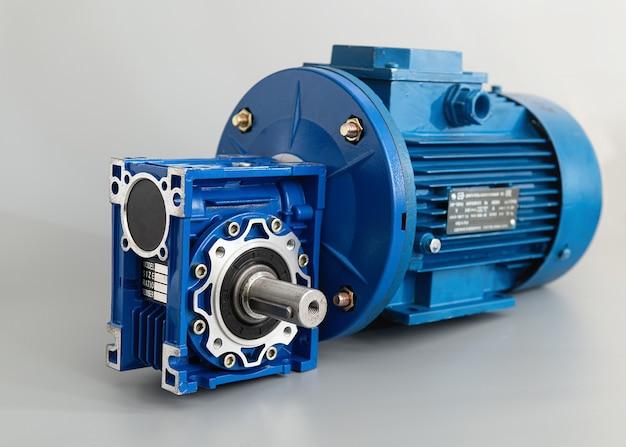 Синяя моторная коробка передач на светло-сером фоне, вид сбоку