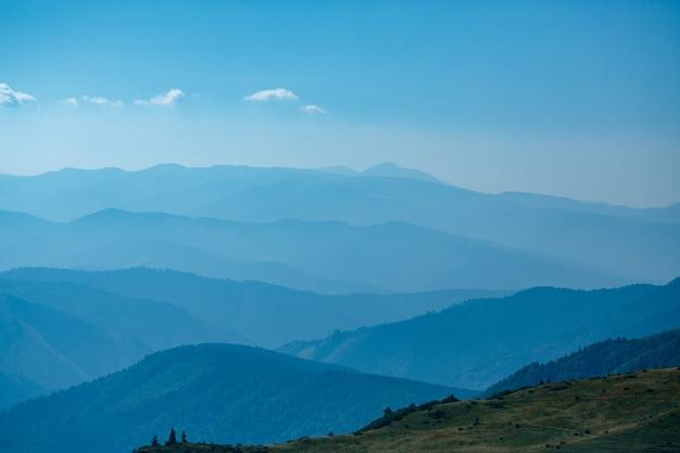 ウクライナの青い山カルパティア山脈