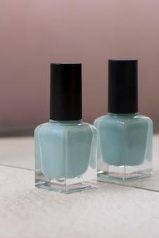 파란색 매니큐어와 거울