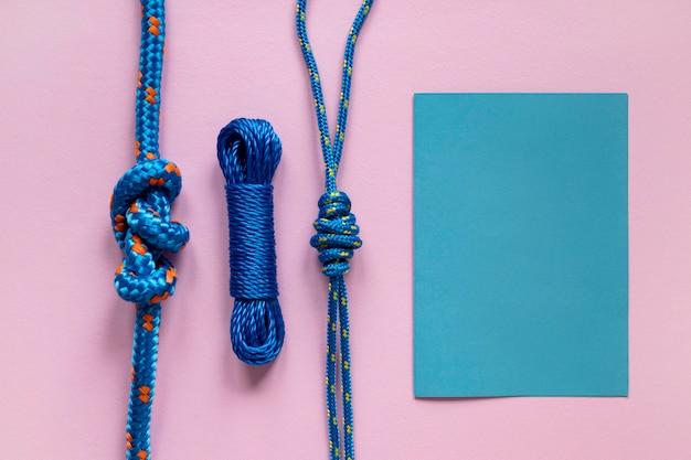 青い航海ロープの糸の結び目とコピースペースペーパー