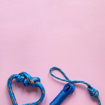 結び目が付いている青い航海ロープ糸