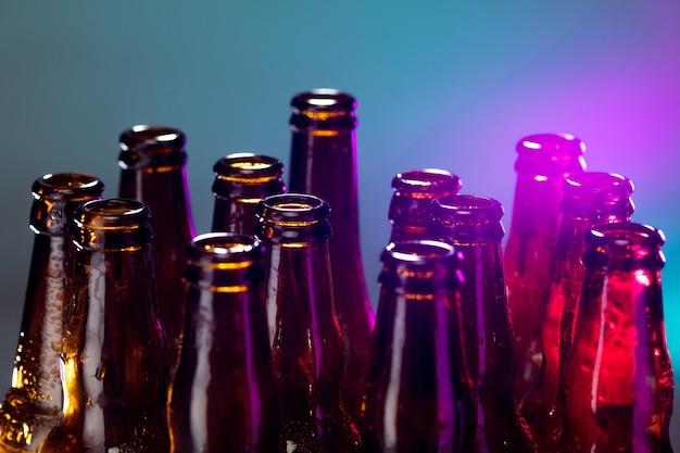 青。ネオン色のビール瓶、明るいスタジオの背景に隔離されたクローズアップ。ビール、飲料、エンターテインメント、アルコールの概念。バー、レストラン、醸造所、ショップの広告用のコピースペース。