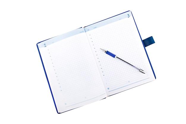펜으로 파란색 노트북 흰색 배경에 분리