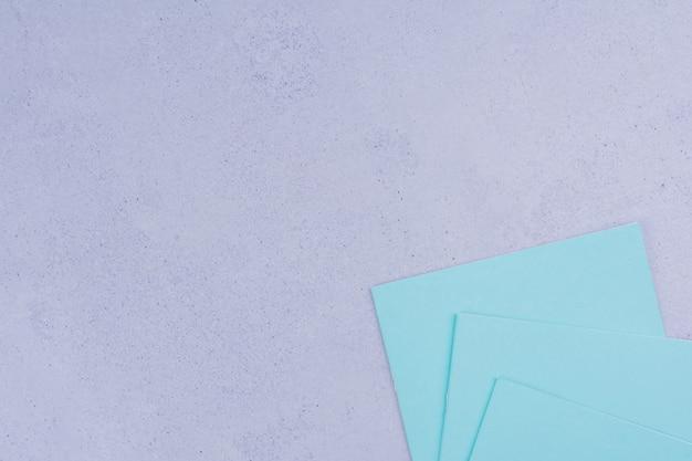 Note blu isolate su grigio.
