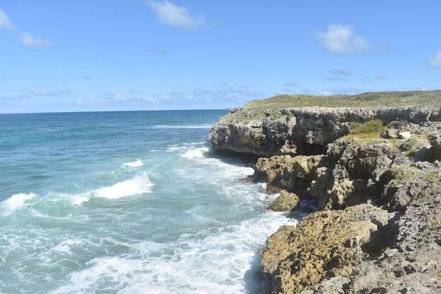 Голубая океанская вода бьет о скалы. доминиканская республика