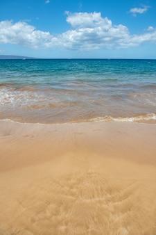 日没の夏の時間の砂浜のビーチの青い海の波ビーチの風景熱帯の海の景色は穏やかです...