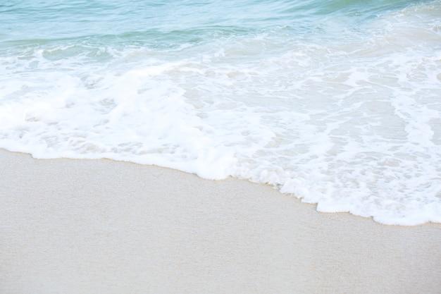 Распределение воды синей океанской волны на песчаном белом пляже