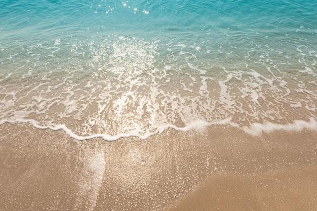푸른 바다 파도 햇빛 반사 모래 해변 배경