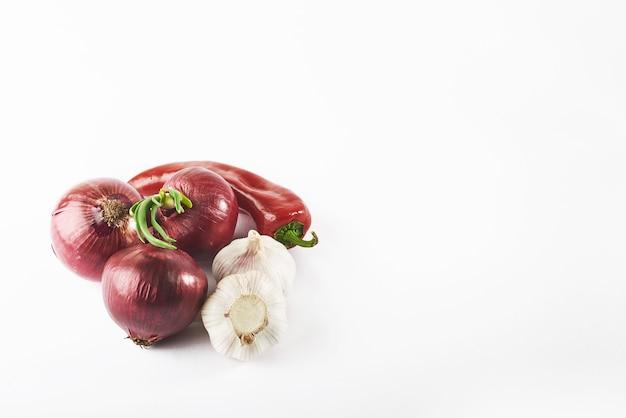 青ネギニンニクと赤唐辛子を白で隔離されます。