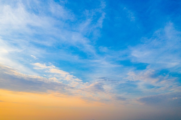 Голубое оранжевое и желтое небо с облаком в сумерках в таиланде