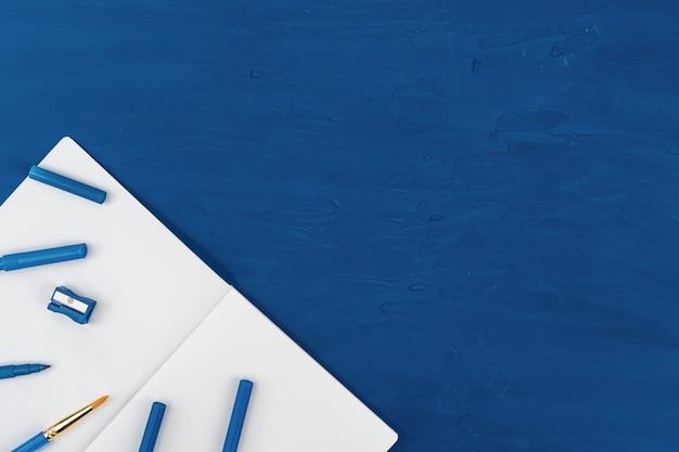클래식 블루 테이블에 파란색 페인트 브러쉬, 위에서 볼