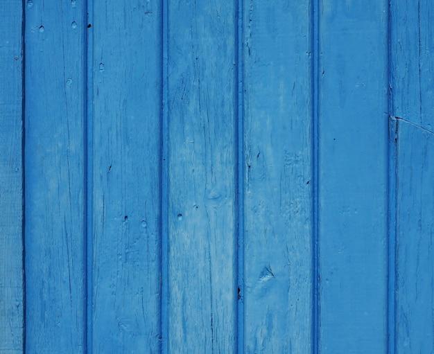 Окрашенная в синий цвет стена или забор