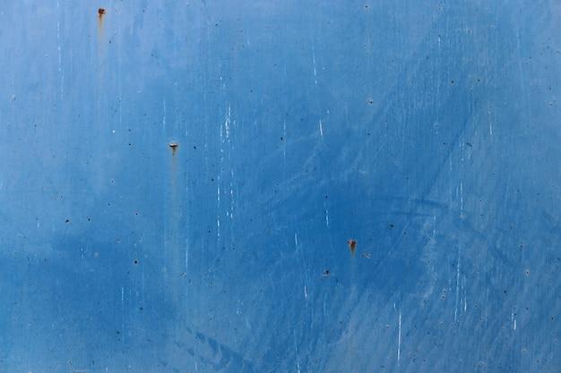 青い塗られた壁面の背景