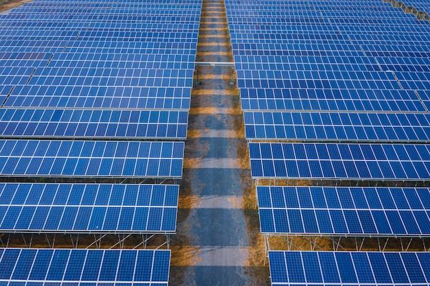 Синие панели солнечных батарей энергетического бизнеса и промышленности чистой электроэнергии в таиланде