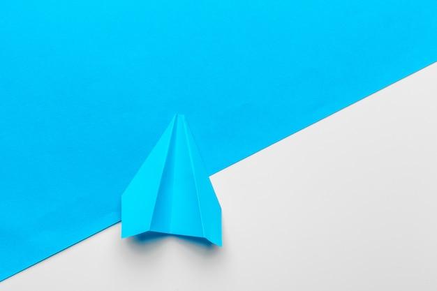 青い紙飛行機