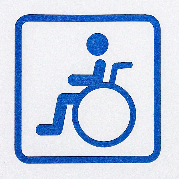 장애인 또는 흰색 배경에 고립 된 휠체어에 대 한 파란색 주차 기호.
